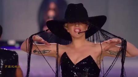 Lady Gaga在t台快速换装,唱歌很稳,超模都沉浸在其中