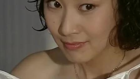 美女洗完澡出来太美了,把男子看的脸红心跳
