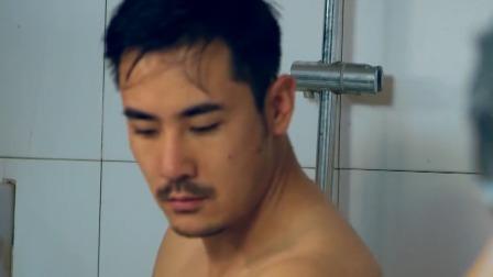 男澡堂隔壁大叔突然丢下一块肥皂.mp4