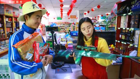 小伙逛超市,买什么老板都不收钱,只因小伙带着一个手工M24