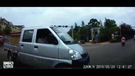 小车正常过红路灯,突然窜出一个小货车,网友:声音很清脆