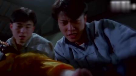 """林正英的徒弟和他的""""儿子小僵尸""""打闹,没想到小僵尸吸收到了月光,这下玩大了"""