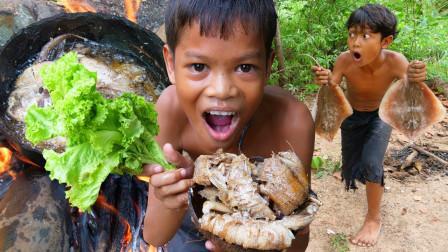 农村男孩辛辛苦苦煎好的鱼,却被2个捣蛋鬼抢先吃个清光,悲催了