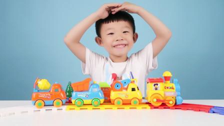 电动轨道小火车玩具,里面还有各种各样的工程车