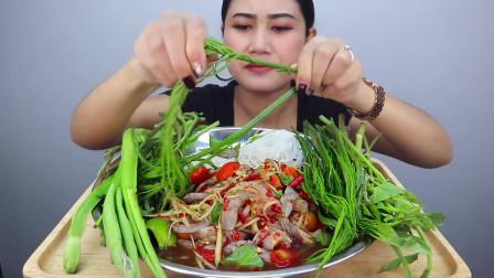 泰国苦瓜大姐,吃香辣腌生虾拌木瓜沙拉,搭配生蔬菜,鲜辣香嫩