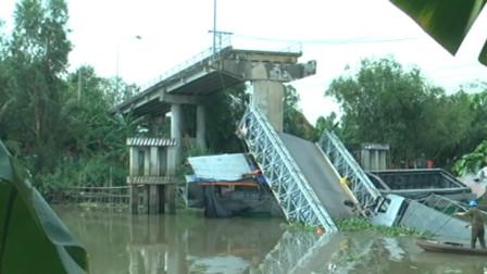 20吨卡车压垮小桥落水 起重机施救又被折断吊臂