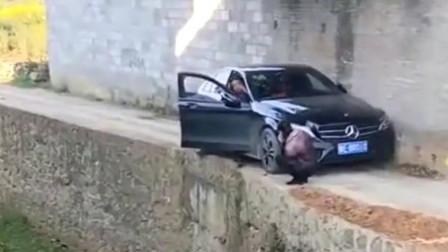 这下好了,全村人都知道你买奔驰了,网友:他怎么买的好车