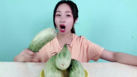"""妹子试吃网红水果""""羊角蜜"""",这样的造型,真的是水果吗?"""