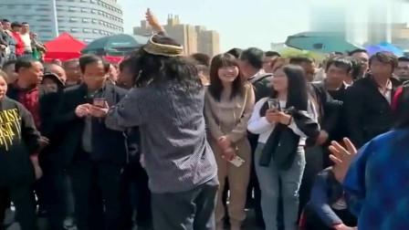 流浪歌手和乞丐歌手街头唱歌,扭动的身姿,这是个男人吗?