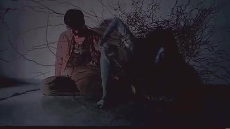 新僵尸道长 这男的非要住老房子 结果见到女鬼了吧 还好碰到道长 。