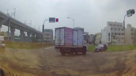 作日产车一路闯红灯,不料惨遭大货车碰撞,这下老实了吧