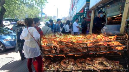 路边5平米烤鸡架小店,老板每天只烤6锅,顾客排长队也抢着买!