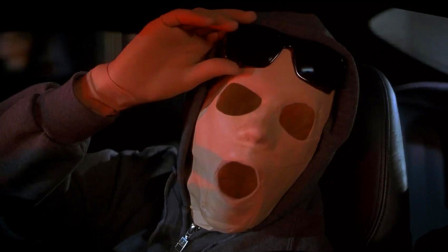 男子裹得严严实实,旁边的孩子说他是怪物,于是他拿下了墨镜