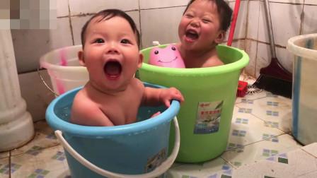 两个宝宝一人一个水桶在洗澡,好开心的样子,小心着凉!