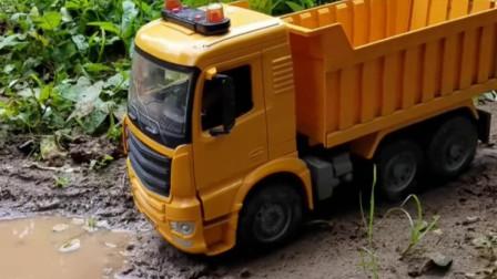 野外大卡车跋山涉水运输泥土了