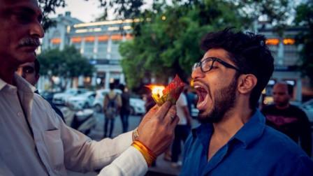 印度的奇葩美食,燃着火的叶子直接往嘴里塞, 你敢吃吗?