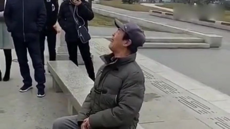 天津网红大爷火到西安了?坐在地上就开始唱,路人纷纷围观!