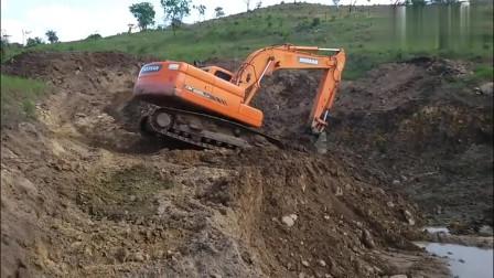 这一看就是新手司机,老司机开挖掘机干活不会这么慢的,无语了