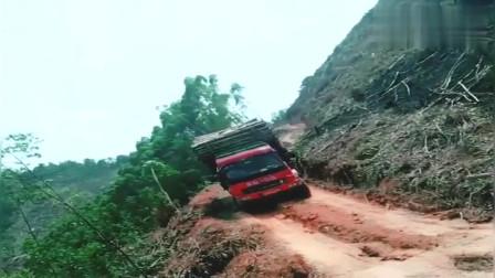 这一看就是老司机了,车身都歪成这样了还能开,就问你们服不服