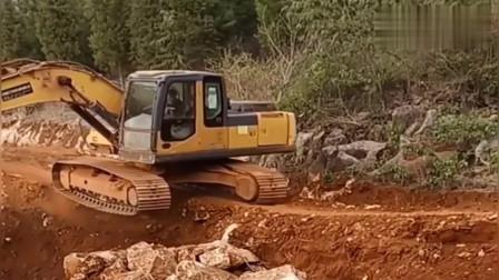 这一看就是挖机界的的扛把子,单脚过大坑,这操作就问你服不服