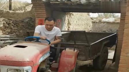 这一看就是老司机了,开拖拉机倒车入库玩的真牛,佩服!