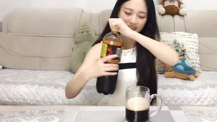 试吃小姐姐试吃俄罗斯液体面包,特别像可乐和啤酒混在一起