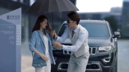 男子追求女孩故意耍帅,给女子撑伞,女子说不用了