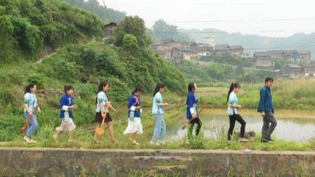 村书记每天带7个姑娘拍视频 一年后全村脱贫