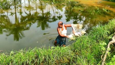 60岁大爷撒网捕鱼,一网下去,看看拉上来有啥鱼?