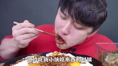 韩国吃货小伙的吃播,鸡蛋拉面配上泡菜吃的超满足,一口下去美滋滋