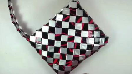 用购物塑料袋子,这样剪下,在简单折几下,美丽的包包就成啦!