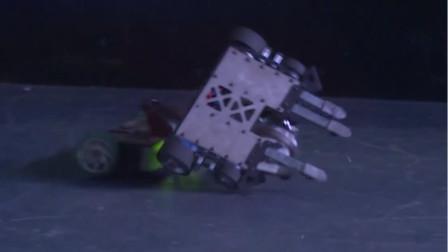 用力过猛!还没开战机器人一不小心自己先翻车了