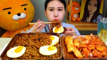 韩国吃播,鸡蛋火鸡面加上辣辣的咸菜,口味不错