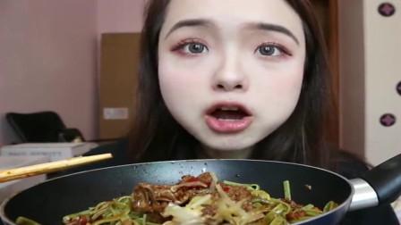 美女吃播哎哟阿尤:好绿好绿的干拌菠菜面、泸溪河绿豆糕和胡辣汤