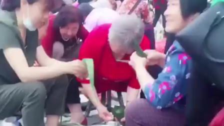 实拍:榆林市千人包粽子大赛 粽子好香啊