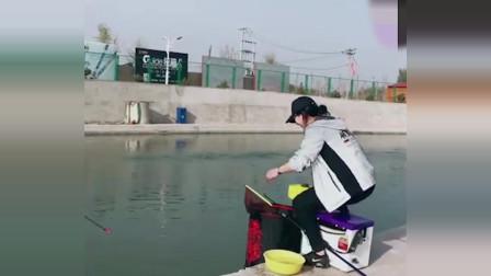 小姐姐钓鱼鱼竿被拖走,旁边笑成了这样,有点过分了吧