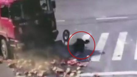 江苏一货车撞翻盲区内电三轮 驾驶员极限翻滚逃生