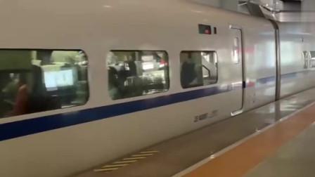 和谐号动车组列车,减速驶入昆明南站,不愧是国铁