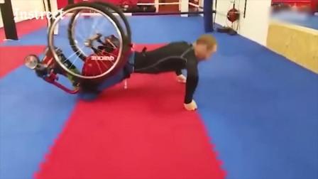 身体有残疾的人士,坐在轮椅上也能做俯卧撑