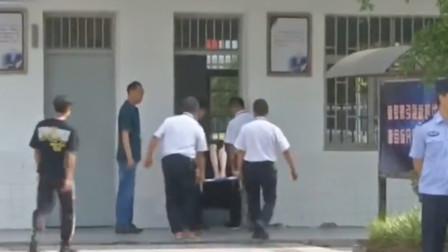 女孩高考前突遭车祸卧床不起 的哥和学校助其圆梦高考