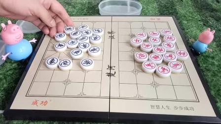 育儿视频儿童象棋007期:猪爸爸告诉小猪乔治这叫做象棋!如何摆放象棋呢?