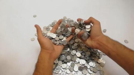 老外又来神操作,硬币融化成铁汁重量会更加?网友:我信了你的鬼