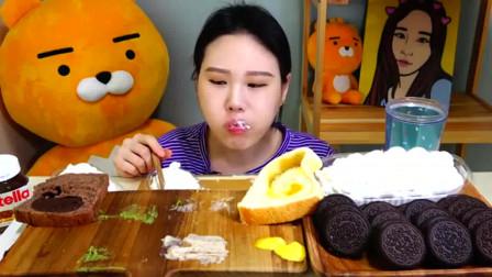 韩国小姐姐吃4种口味的面包和奥利奥饼干,蘸着新鲜奶油,吃得真馋人