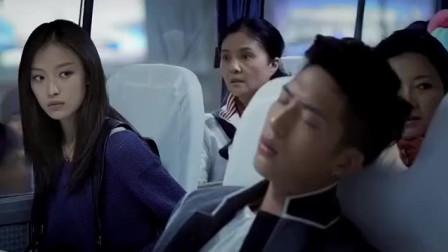 帅哥坐大巴睡着还以为是飞机!看了一眼对面的姑娘:空姐长这么丑