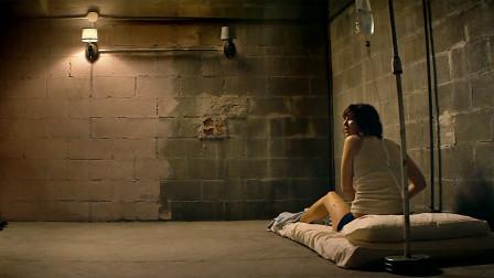 女子醒来后发现被困密室,逃出去后,却不知外星人已入侵地球