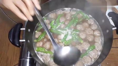 《韩国农村美食》一家人的晚餐,妈妈手工制作丸子,这一大盆,我吃能4碗