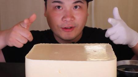 小哥自制了一大份牛奶布丁,滑嫩Q弹奶味香浓,夏日必备的甜点