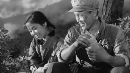 《英雄儿女》王成王芳战场相见,妹妹娇羞的眼神真亮,兄妹的感情真好啊!