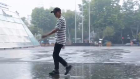 下雨了降温了 小伙子激动的跑到雨里跳起舞来!鬼步舞