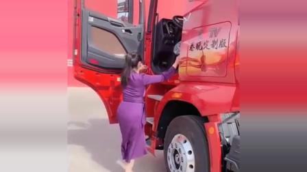 货车女司机:性感的货车女司机第一次开新车,看到车上的几个字,激动坏了!